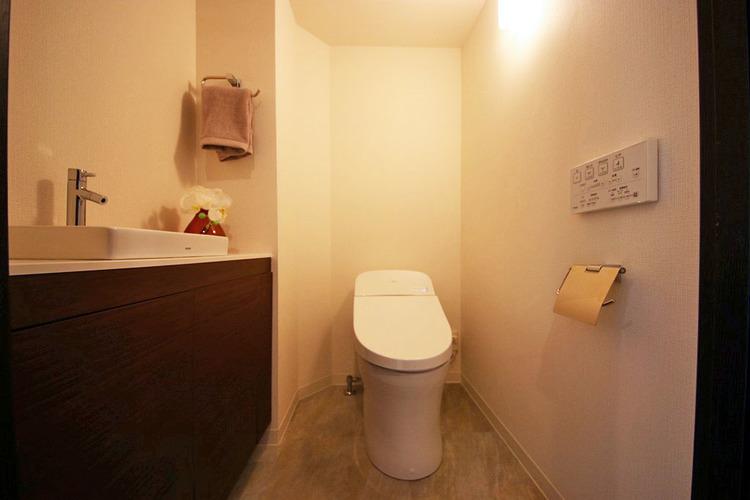 手洗い場のある、ゆったりとしたトイレ