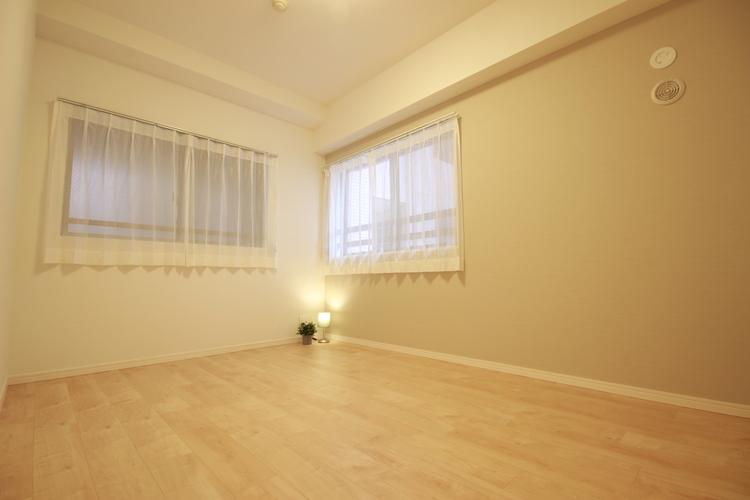 吹抜に面した洋室は2面採光となっており、心地の良い風が通り抜けるお部屋です