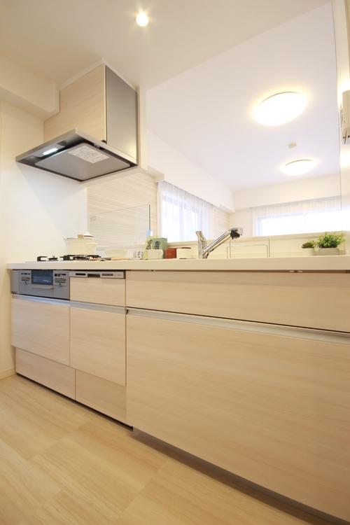 こだわりのヴィンテージ仕上げで温かみのある風合いの扉と、ホワイト系ワークトップがマッチしたキッチン