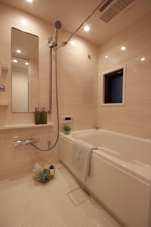 ダウンライトの柔らかな光がナチュラルさを演出する居心地の良いバスルーム