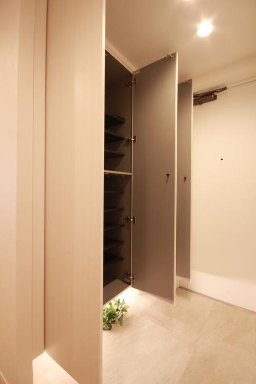 下足入の下には足下を明るく照らす間接照明が付いており、暗くなりがちな玄関フロアが明るい雰囲気に