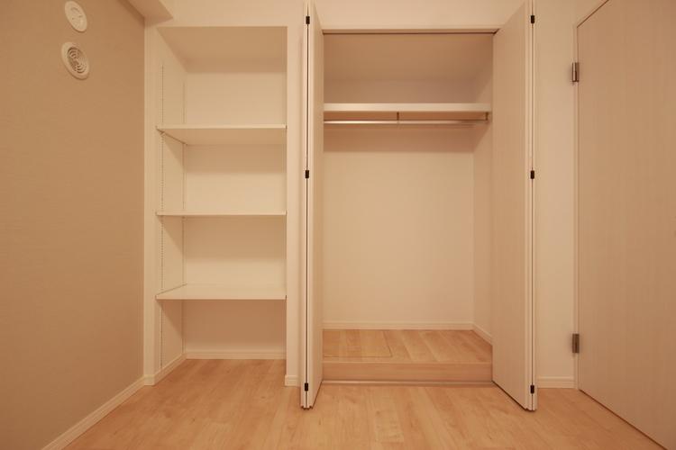 クローゼットの横には可動棚を設置し、趣味の本や雑貨なども飾って収納できます