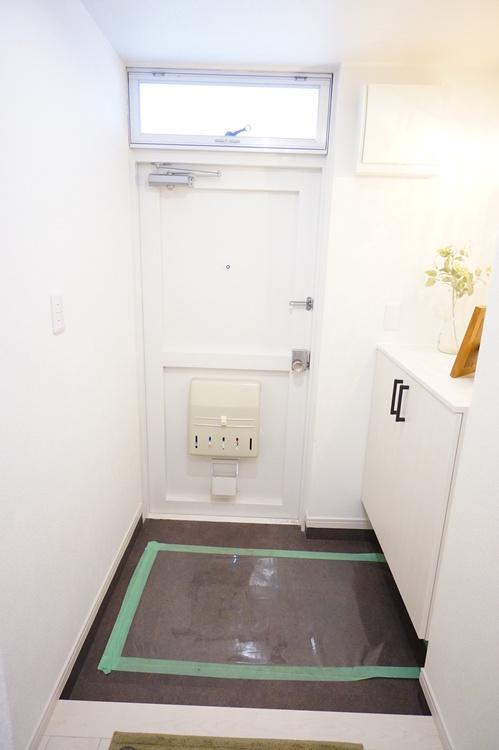 明かり取りがあり開放的な玄関です。