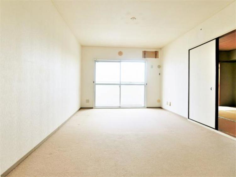 リビングの横に和室があり広く使えます。