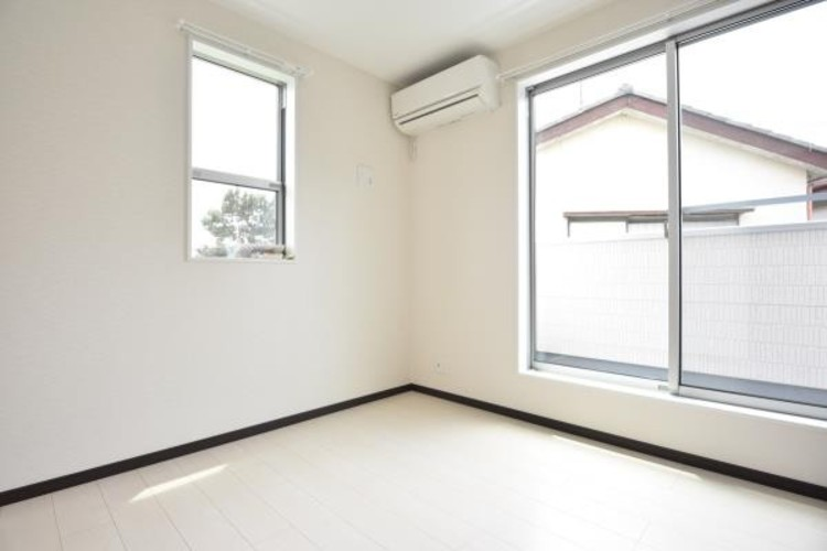 独立性を高めたお部屋。たっぷりの収納も配備しており、片付いた空間を実現出来そう。陽光も降り注ぐ明るく開放的な空間が魅力的。