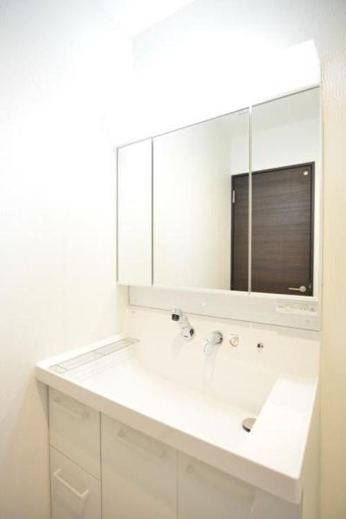 シンプルで清潔感のある洗面台。歯みがきはもちろん、洗顔や身だしなみのチェックにと、朝の慌しさの時間でもスムーズにすすめられます。