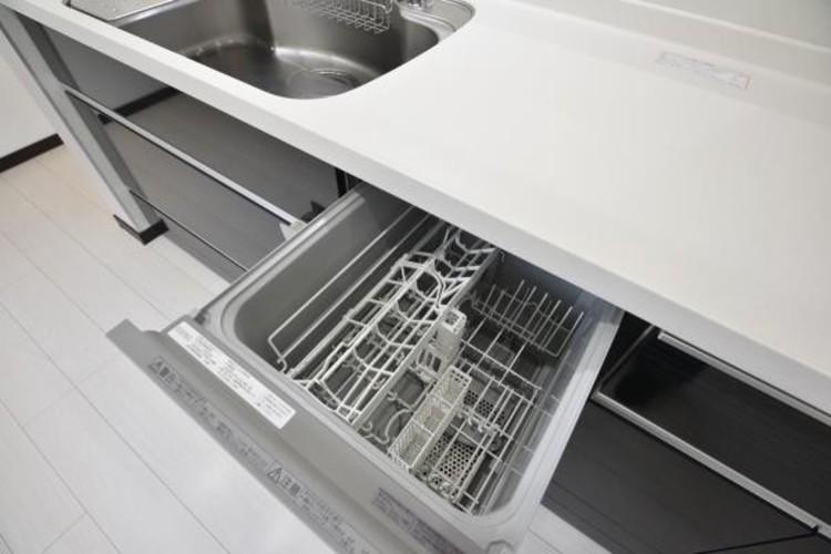 【ビルトイン食器洗浄乾燥機】食器洗いのわずらわしさから開放してくれる嬉しい設備。後片付けの手間を減らし奥様の時間を有効活用できます。お湯と洗剤を使う機会が少なくなるため、手荒れ防止にも。