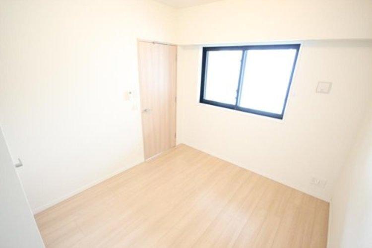 独立性を高めたお部屋。たっぷりの収納も配備しており、スッキリとした居住空間に。陽光も降り注ぐ明るく開放的な間取りが魅力的です。 ≫