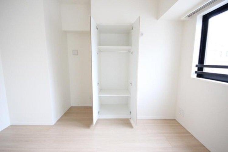 リビングにも収納棚があります。よく使う物を収納したり、使い勝手がいいのが魅力です。