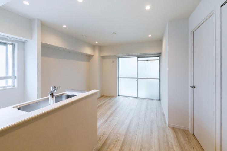 2面採光で明るいリビングダイニングは、洋室2部屋へ入るために必ず通るので、生活の中心となります。