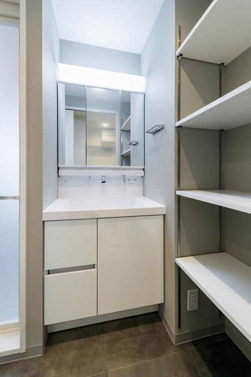 洗面所は脱衣所にもなるので、タオルの入る棚を設置しました。