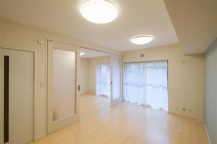 約9.2帖のダイニングキッチンです。自然光が入り明るいお部屋です。