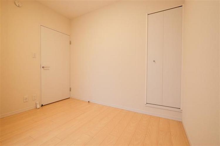 約6.0帖の洋室1は、シンプルな内装です。収納スペースもしっかり確保できます。