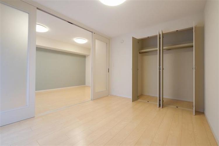 洋室2には、大きな収納があり、お部屋の整理には困りません。