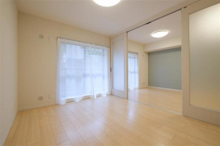 約6.0帖の洋室2は、柔らかな日差しが入り込みます。