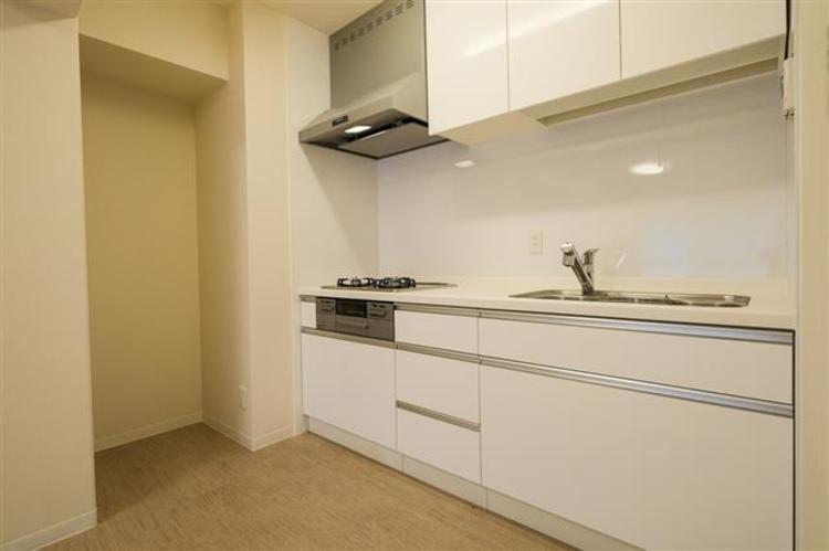 キッチンは、3口コンロで収納もたくさんあり、使い勝手が良いです。