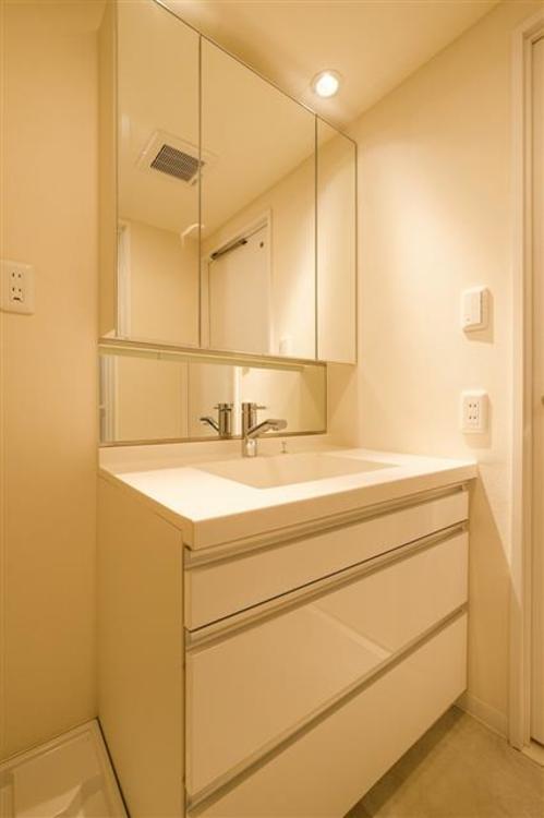 大きな鏡のある洗面台は、忙しい朝に便利な、収納付きです。