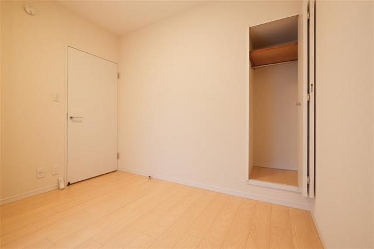 約6.0帖の洋室1は、シンプルな内装です。