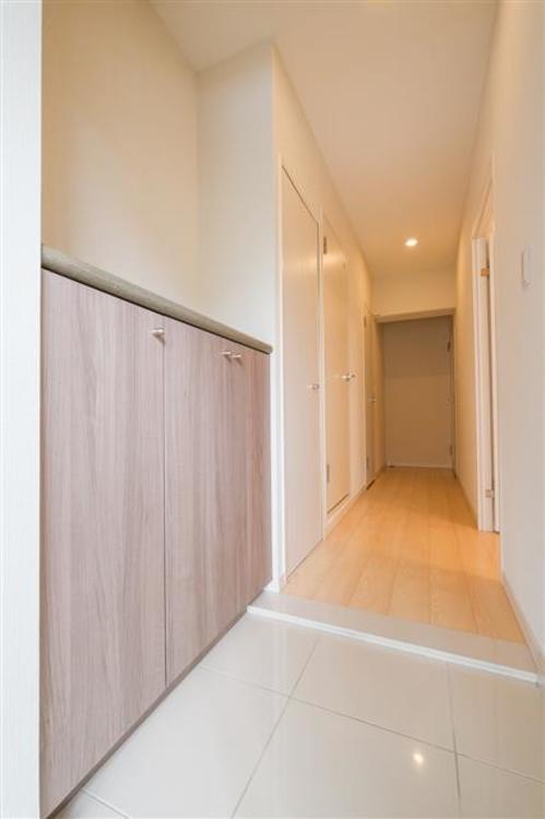 お部屋の顔となる玄関は、清潔感のあるデザインで、大きな靴箱もあり、綺麗に保つことが出来ます。
