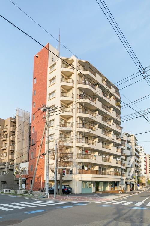 駅まで徒歩10分と交通に便利な立地のマンションです。