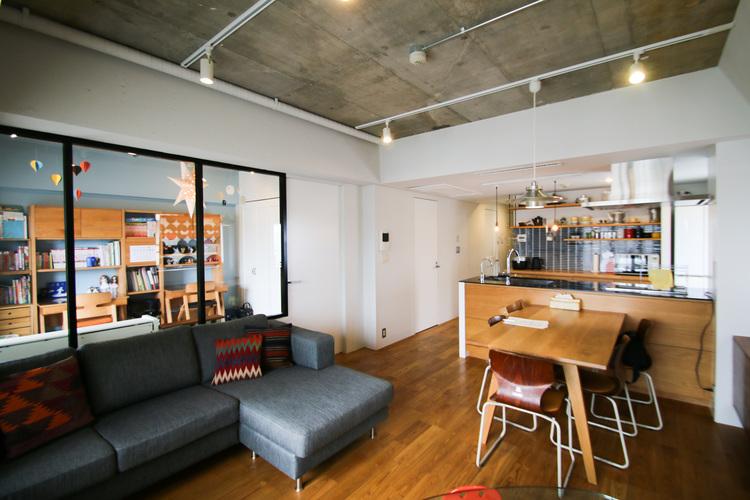 キッチンからお子様のお部屋まで見渡すことができるオープンリビングスペース