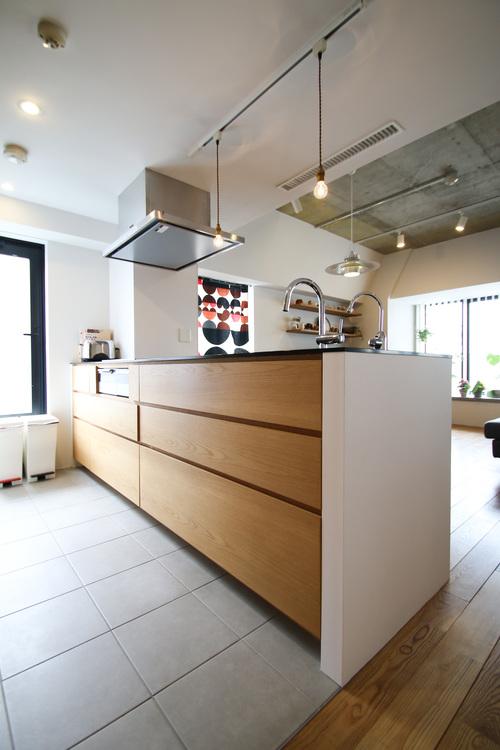 リビングと一体化した対面キッチンは、家事をする奥様とリビングにいるご家族を優しくつなぎます。