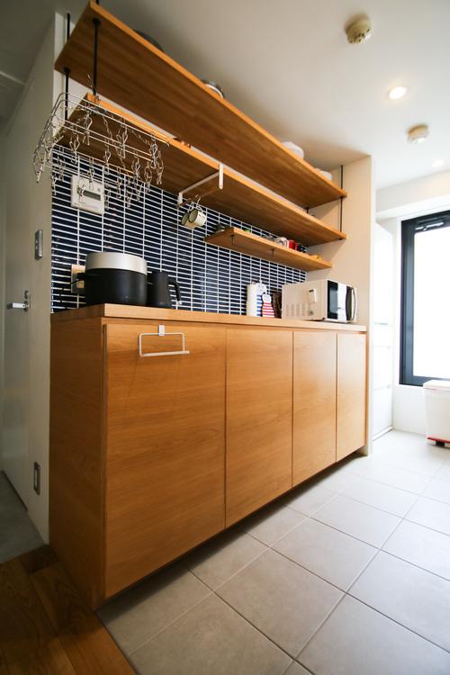使い勝手の良いパントリー収納の隣にはサービスバルコニーへと繋がるドアが。蒸し暑い調理場から開放されます。