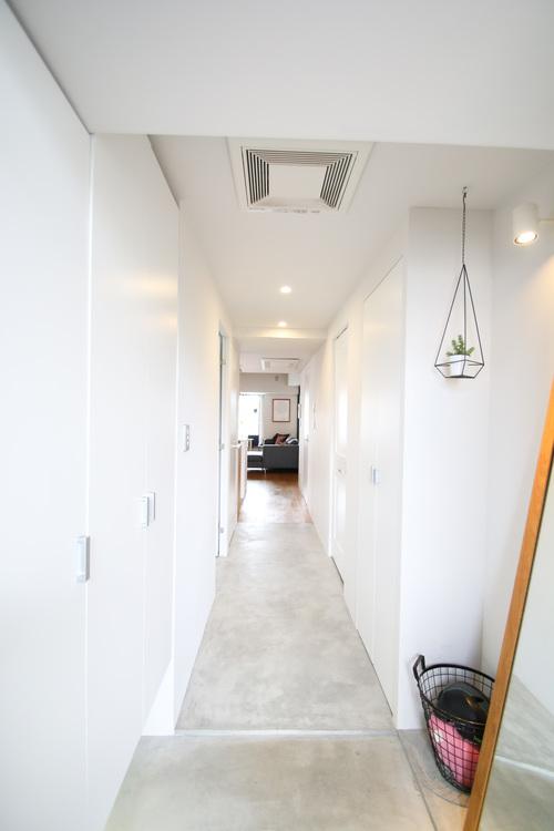 お部屋の顔となる玄関スペースは白を基調とした清潔感に溢れています。