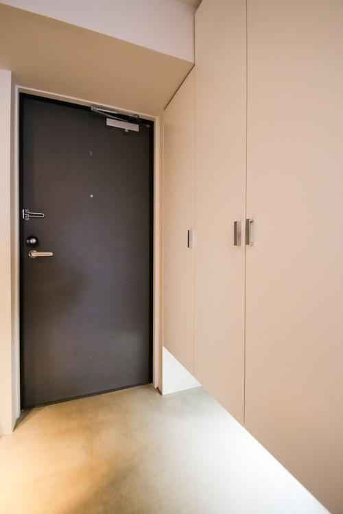 収納充実の玄関周りは、足元の照明が高級感を漂わせています。
