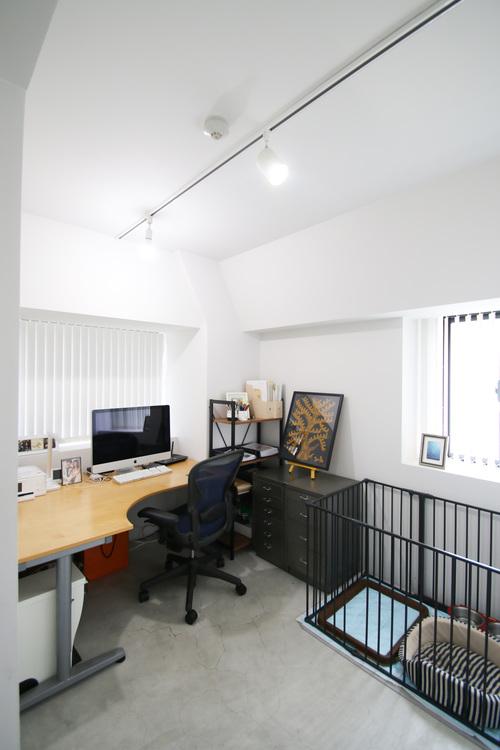角部屋だからこその出窓はミニマルなお仕事スペースをより快適に。