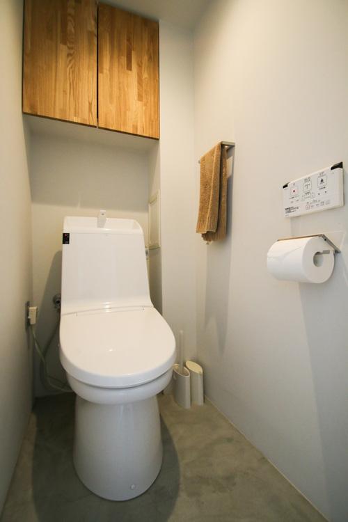 清潔感あるホワイト調のクロスと温もり溢れる床材が見事に調和した空間です。