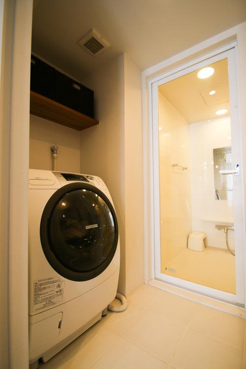 ドラム式の洗濯機もラクラク設置可能なゆとりのある脱衣所です。