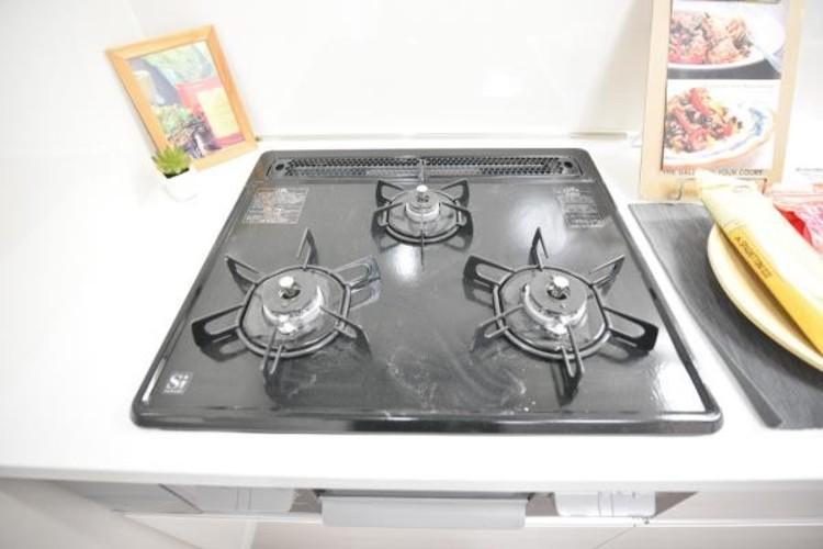 【三口コンロ】奥さま目線で考え、調理に重宝する三口コンロをシステムキッチンに採用、ワイドな洗い場も設けも野菜や食器を洗うのを便利にしました。