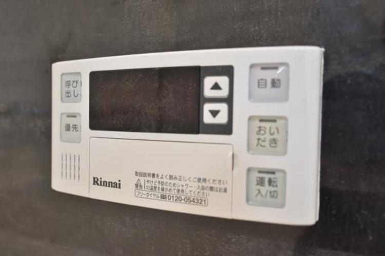 【追い焚き機能付スイッチ】スイッチ一つで設定の温度・湯量通りに自動でお湯はりを行います。また、自動機能をONにしておくことで自動保温、湯温が低下すると自動的に追い炊きをします。