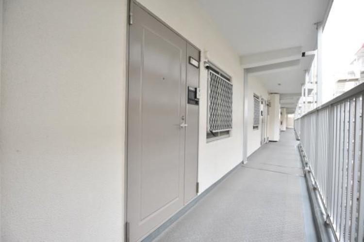 <玄関>家の顔となる玄関は、高いデザイン性が求められます。高級感と断熱性、防犯性に優れた玄関ドアを標準装備。ピッキング対策のセキュリティサムターン等、防犯に考慮しました。