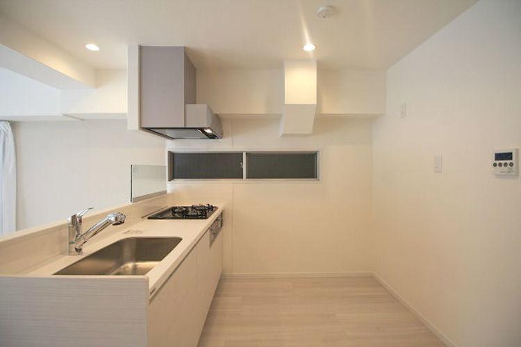 カウンター型キッチンは奥行きがあり、 開放感がございます。 キッチン横には窓も付いています。