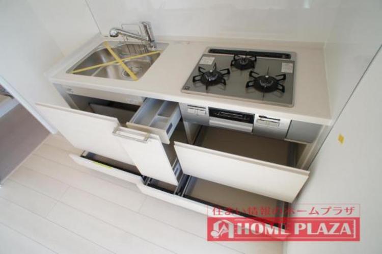 収納豊富なシステムキッチン!仕切りも付いていて使いやすい!