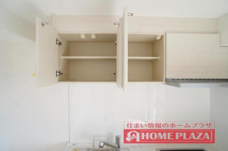 吊り棚が付いているので、使用頻度の低い調理器具なども収納できます!
