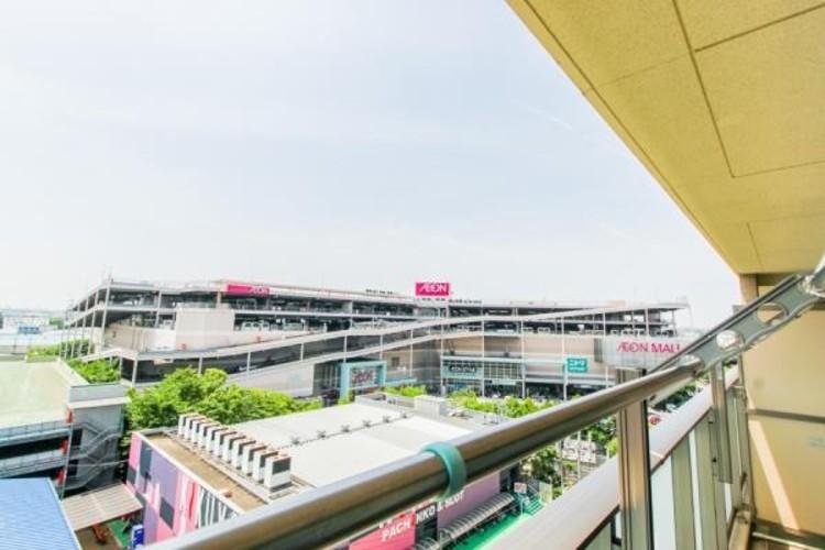 「オハナ北戸田ガーデニア」は地上10階建て、総戸数277戸、ホワイトベージュカラーのタイル貼りの外壁の建物です。2棟から成る大規模マンション