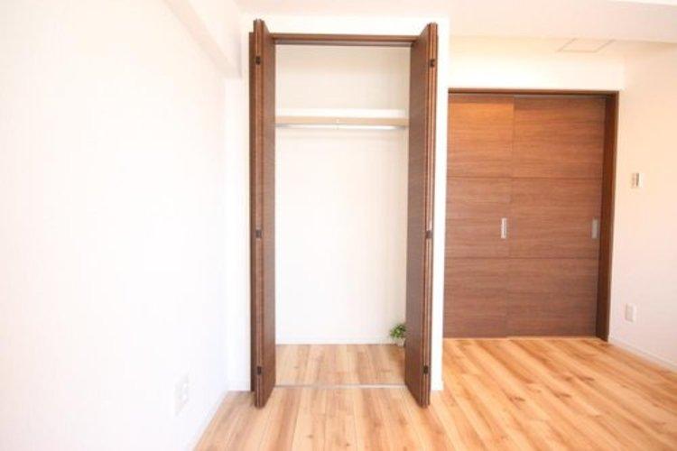 壁面クローゼットのメリットは、衣類が横一列に並ぶためひと目で洋服が選びやすいこと。衣類をたくさんお持ちの方も、限られたスペース内に無理なく収納することができます。 ≫