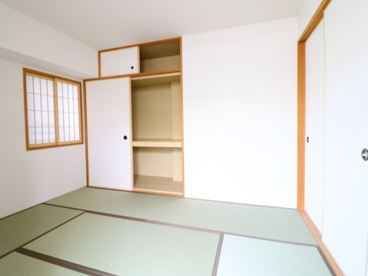 和室がリビング脇に設けられております。段差のないバリアフリー仕様ですので、家族構成に併せて将来を見据えた利用が可能です。