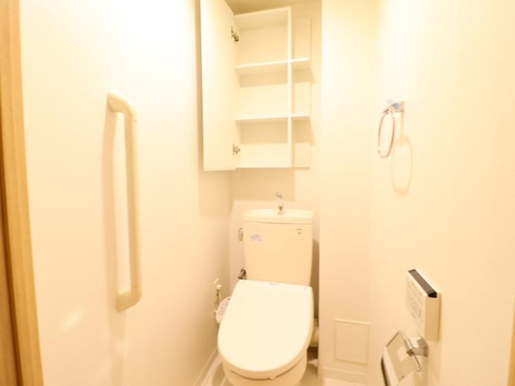 通気性の良いトイレとなっております。タンクレスのトイレを採用し、ゆとりある空間を確保しておりますので、ゆったりとお使い頂けます。