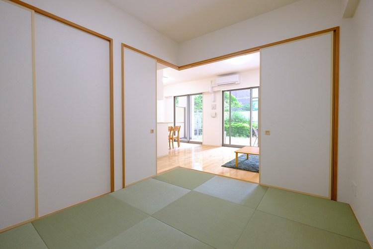 和室でほっと一息。リビング隣に、散らかしてもいいスペースがあると何かと重宝します。