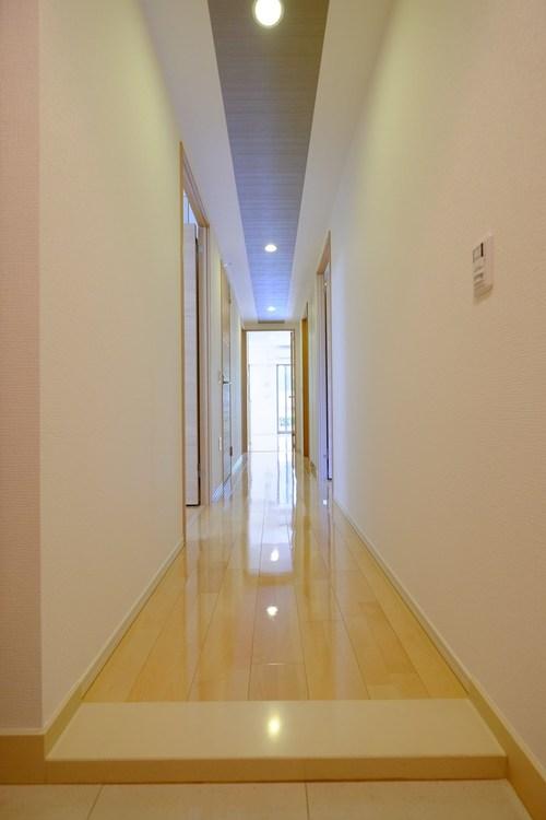 廊下は、日に何度も行き来する場所 明るくスッキリとした印象に保ちたいものです。