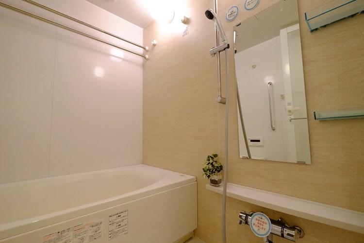 お風呂場を癒しの空間とするために、快適で心地の良い、お気に入りのバスタブを選びたいものです。浴室乾燥機も付いてます。