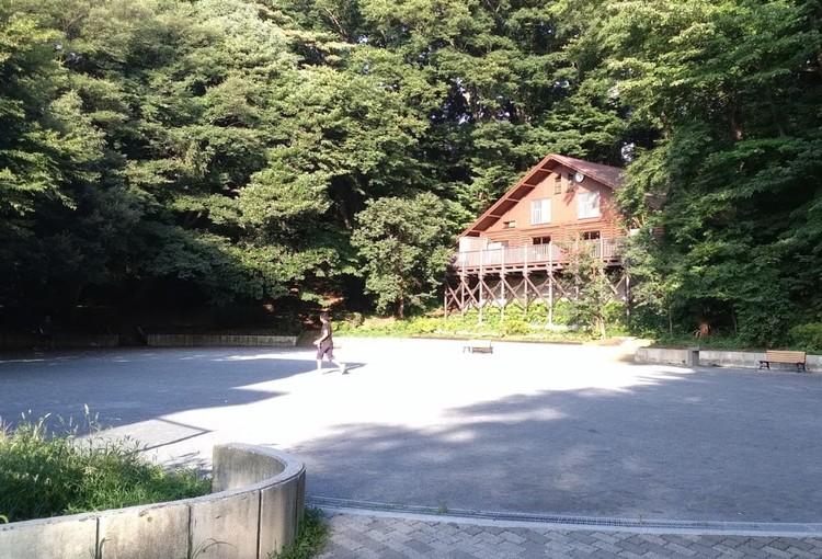 静かでのんびりできる公園。お子さんの遊び場にも好適です