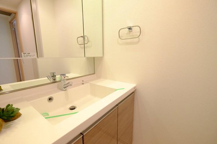 機能的でありながらシンプルなスタイルの洗面化粧台。大容量のベースキャビネットと全収納型のミラーキャビネットで細かいものもスッキリ収納。お手入れも簡単です。