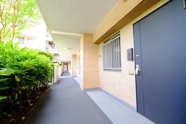 玄関前の廊下も広々しており、ベビーカーを押しながらでも余裕ですれ違えます。