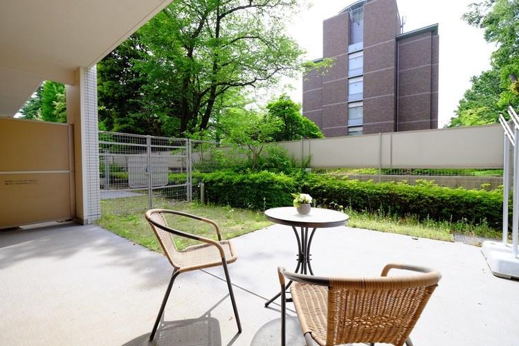 とても広い専用庭とテラスがリビングからつながり、開放感を演出してくれる。この場所がもたらしてくれる思い出は果てしないだろう。