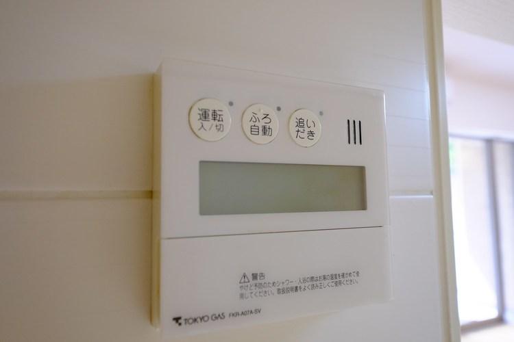 自動のお湯張り機能でお湯があふれる心配なし。温度調節のほか追い焚き、足し湯もでき、入浴時間が違う家庭でも快適に入浴できる。